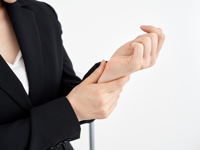 腱鞘炎の辛い症状に悩む女性
