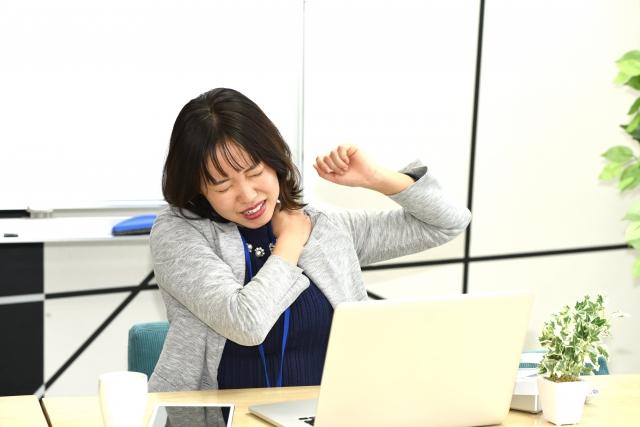 五十肩の辛い症状に悩む女性