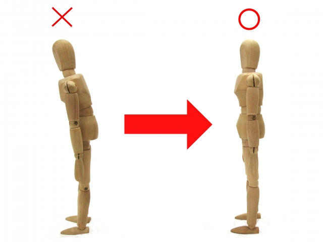 猫背による前傾姿勢もO脚の原因になります