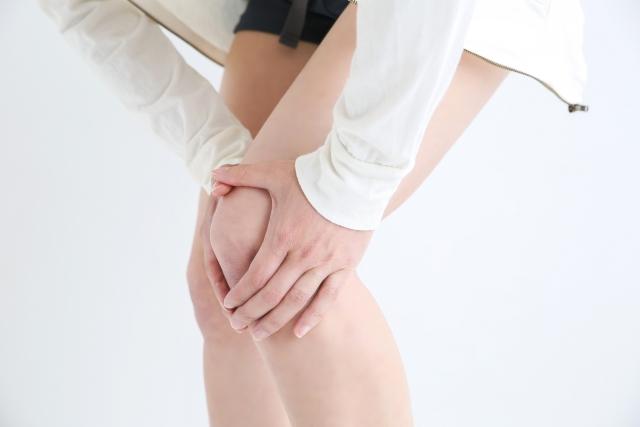 辛い膝痛に悩む女性