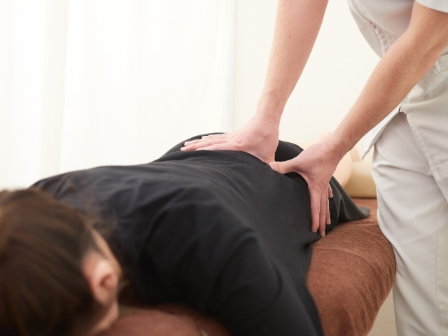 身体の土台となる骨盤へも施術を行い姿勢を改善します